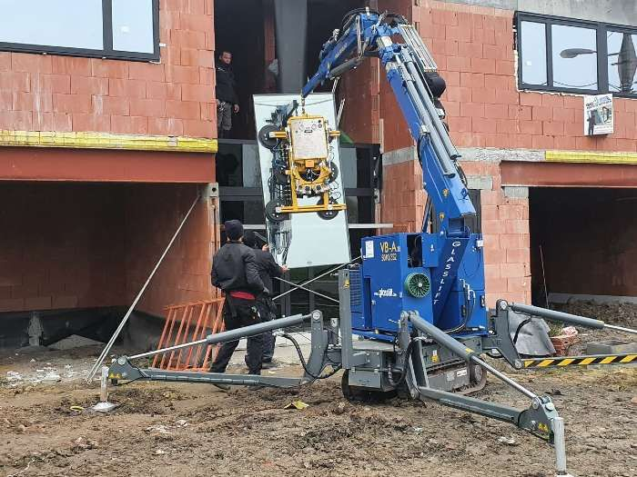Hensies, grue Glasslift sur un chantier de placement de vitrages